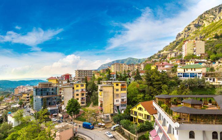 Albanija - auksinė vasarinė saulė ir tapytojo teptuko vertos spalvos