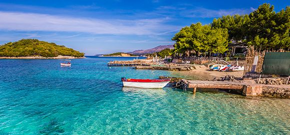 Albanija - stiklinių ežerų, skaidrių bangų, karštų vasarų ir žalių kalnų savininkė