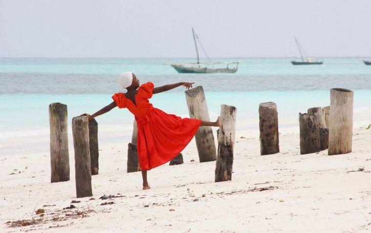 Zanzibaras (10n.) - pasisveikinti su vietiniais kviečia permatomos jūros savininkė
