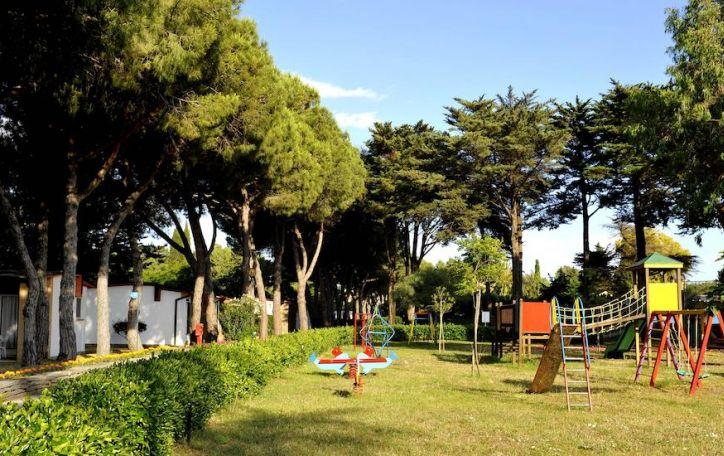 Kampanijos regionas - itališkos atostogos citrinmedžių ir žiedlapių fone